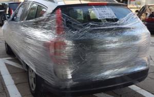 Auto w centrum Wrzeszcza owinięte folią, bo zaparkowało na cudzej kopercie