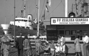 Delikatny szmer zdzieranych zelówek. Sopockie wakacje Agnieszki Osieckiej w 1950 r.