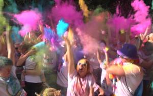 Wbiegli na metę obsypani kolorowymi proszkami