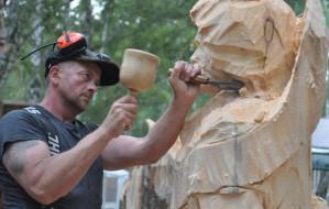 Odnosi sukcesy rzeźbiąc w drewnie. Wywiad z Robertem Wyskielem