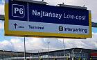 Znaki przy lotnisku mogą wprowadzić w błąd
