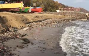 Woda podmywa rybacką przystań na Oksywiu