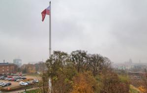 Ogromna flaga Polski powiewa nad centrum Gdańska