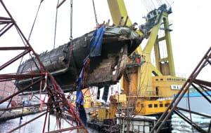 Wydobyto zatopiony latarniowiec z basenu dawnej Stoczni Gdańskiej