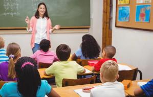 Nauczyciele pokazują swoje zarobki i żądają odwołania minister edukacji