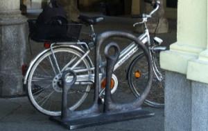 Artystyczne stojaki dla kulturalnych rowerzystów