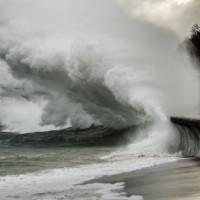 Sztorm niszczy wybrzeże, ale dotlenia morze