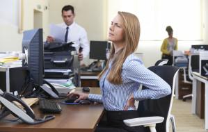 Praca biurowa a ból kręgosłupa. To także problem pracodawcy