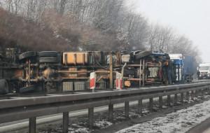 Ciężarówka przewróciła się na Szadółkach. Utrudnienia trwały 9 godzin