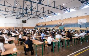 Ósmoklasiści piszą swój pierwszy egzamin. Nauczyciele strajkują