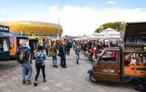 Kilkadziesiąt food trucków pod stadionem w Letnicy
