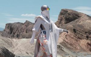 Moda zaskakuje: wirtualne ubrania i plastikowe akcesoria