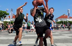 Turniej koszykówki ulicznej na Placu Przyjaciół w Sopocie