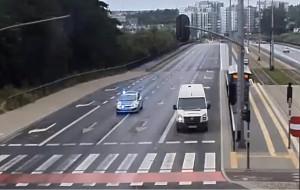 Radiowóz na sygnale zawiózł rodzącą kobietę do szpitala
