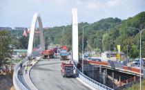 Ciężarówki z piaskiem wjechały na wiadukt...