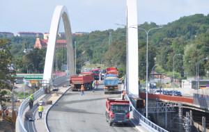 Ciężarówki z piaskiem wjechały na wiadukt Biskupia Górka