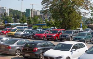 Parking P&R zastawiony samochodami z wypożyczalni
