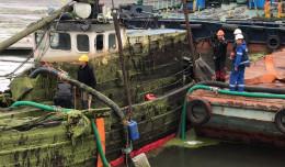 Wyciągnięto zatopiony jacht, który od lat zalegał w gdańskiej marinie