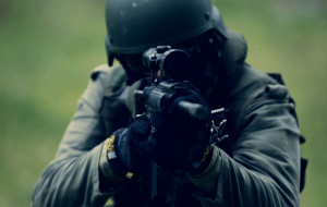 Strzały w opuszczonej fabryce, czyli jak ćwiczą niedzielni komandosi