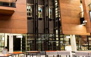 Dziewięć osób utknęło w publicznej windzie w ECS