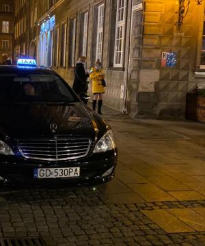 Samochody ciągle wjeżdzają na ul. Długą i Długi Targ