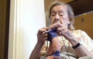 95-letnia sopocianka robi na drutach skarpetki dla potrzebujących