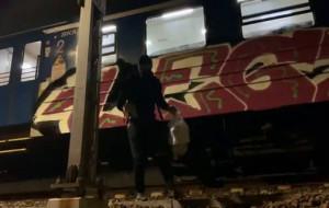 Pomazali pociągi i pochwalili się tym w internecie