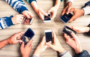 """""""Młodzi cyfrowi"""" - dzieci, które żyją z telefonem. Jak bardzo są uzależnione?"""