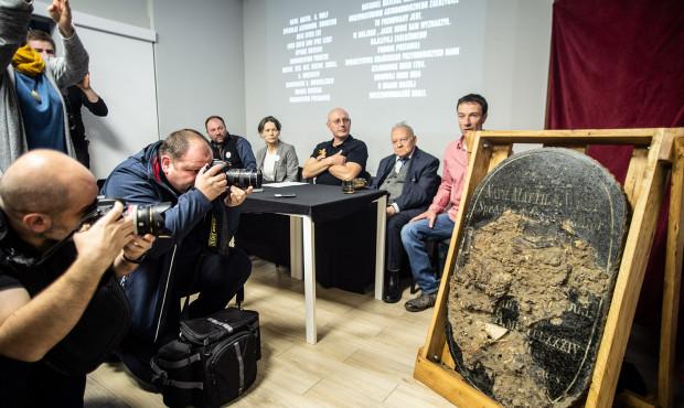 Odnaleziono grób astronoma Nataniela Wolfa na Biskupiej Górce