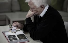 Są starsi i schorowani, ale Mikołaj o nich nie zapomniał. Jak pomagać w święta seniorom?