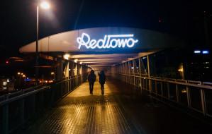 Szyld Redłowo: ze stacji SKM na kładkę
