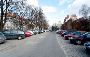 Oszuści na parkingu fundacji aktywizującej bezdomnych