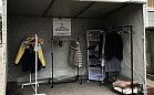 Namiot z ubraniami dla potrzebujących. Każdy może coś oddać
