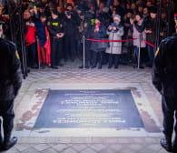 Gdańsk upamiętnił Pawła Adamowicza. Odsłonięta tablica i tunel światła