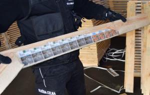 Miliony papierosów schowane w wydrążonych deskach