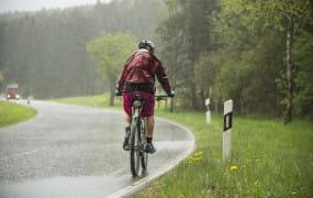 Rowerem w deszczu. Czy to dobry pomysł?