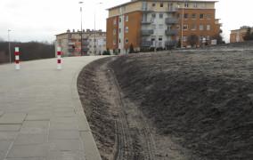 Dodatkowe słupki mają zagrodzić autom wjazd na nową ścieżkę przy szkole