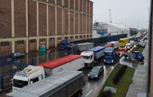 Ciężarówki korkują ul. Polską w Gdyni