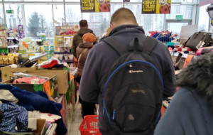 Tłumy w sklepach. Duże kolejki i niektóre puste półki