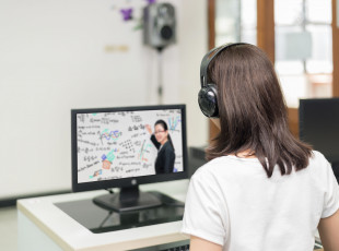 Kolejka do komputera, przeciążony internet. Jak wygląda zdalne nauczanie?