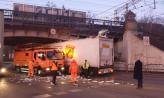 Ciężarówka wbiła się w wiadukt na Hallera