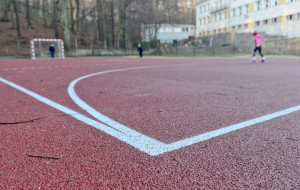 Ludzie i sport wracają na boiska. Umawiają się do gry, niekiedy w konspiracji
