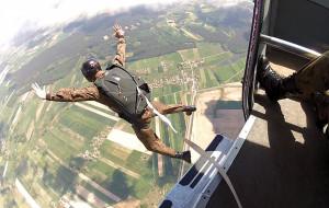 Skoki na spadochronie, nurkowanie, sztuki walki. Szkoła dla młodych ludzi z pasją
