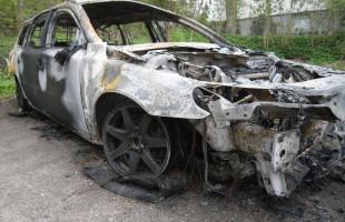 Podrzucił w nocy na parking wrak spalonego auta