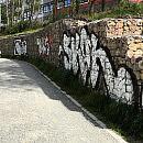 Grafficiarze zdewastowali umocnienia