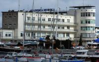 Morze na fasadzie Akademii Morskiej