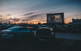 Paragon z restauracji biletem do kina samochodowego
