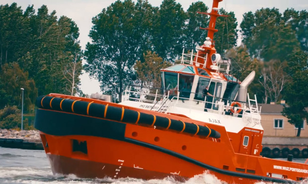 Holownik Ajax wywija na wodzie. Najnowszy w gdańskiej flocie