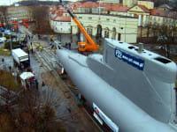 Pchali okręt podwodny przez Gdynię