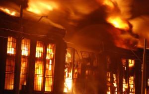 Pożar w stoczni. Hala produkcyjna spłonęła. Zawalił się dach